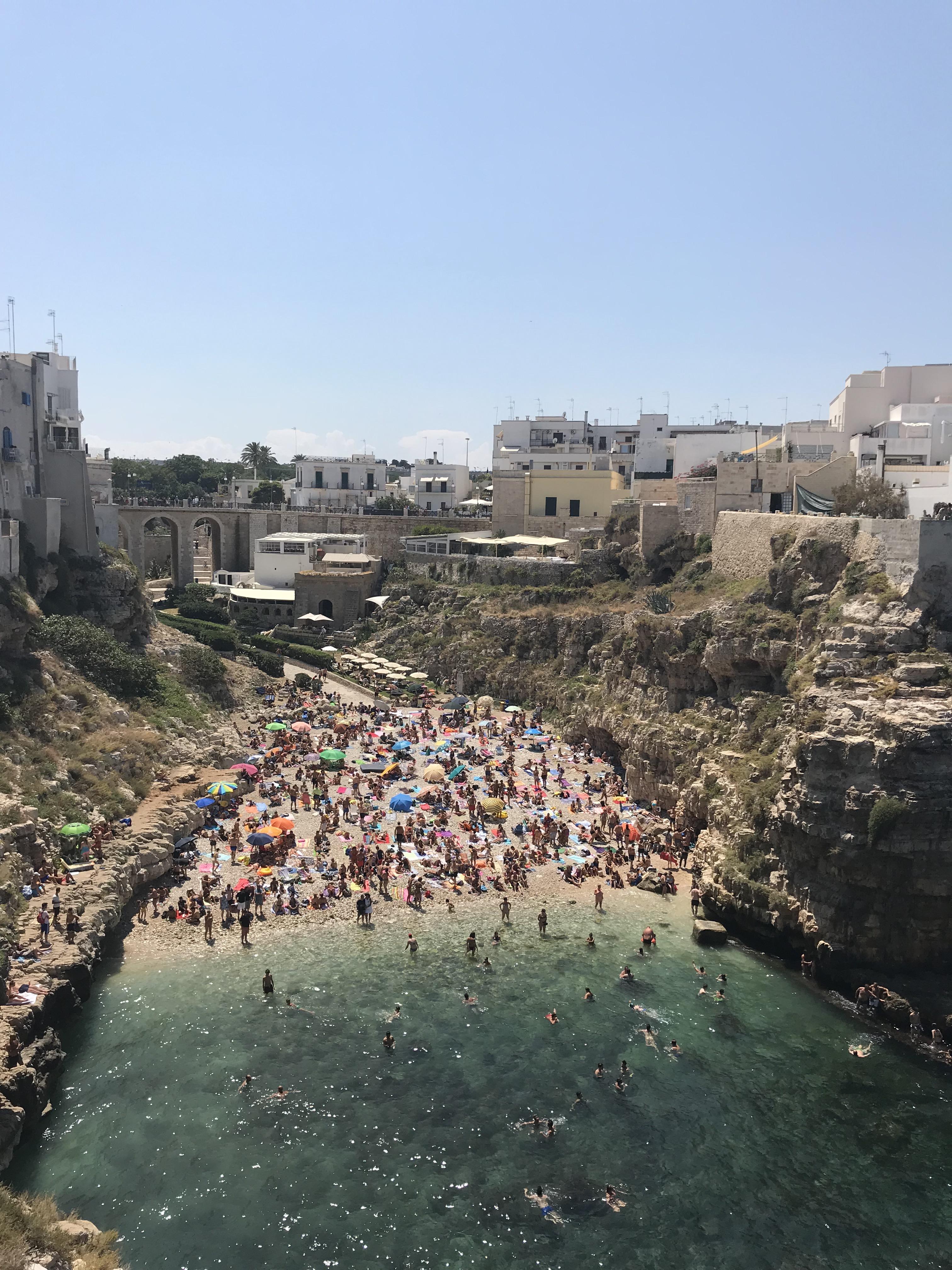 spiaggia-cala-porto-polignano-a-mare-bari-puglia