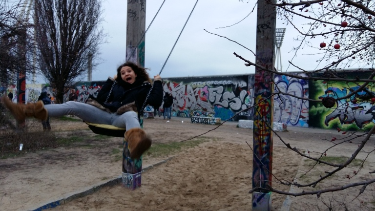 altalene-graffiti-mauerpark-berlino