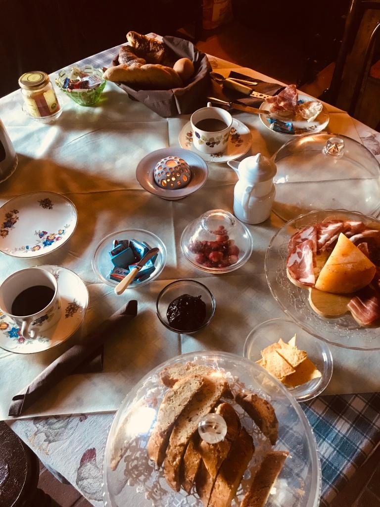 Una colazione perfetta al bed and breakfast I Glicini - Castagneto Carducci, Toscana, Italia