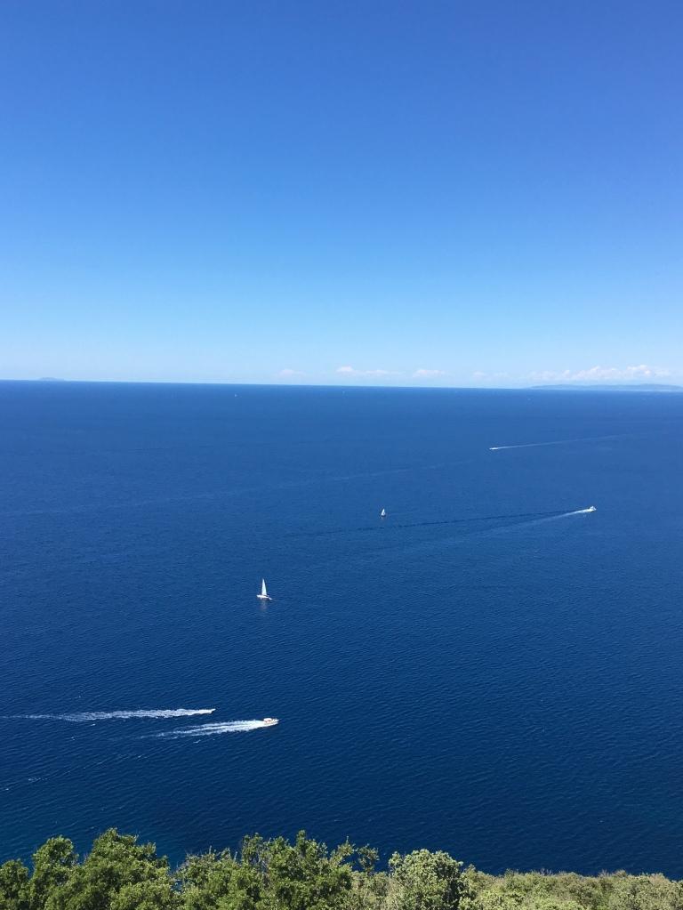 Il blu intenso del Mar Tirreno visto dal borgo di Populonia - Maremma, Toscana, Italia