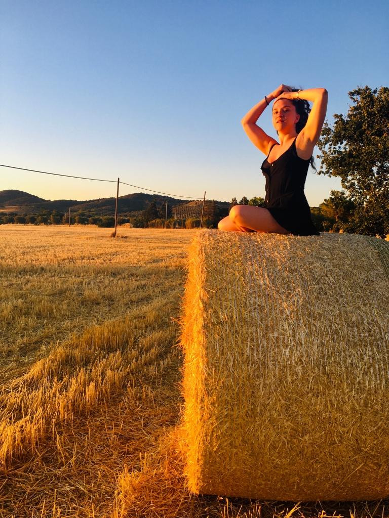L'ora più bella su una balla di fieno - Maremma, Toscana, Italia