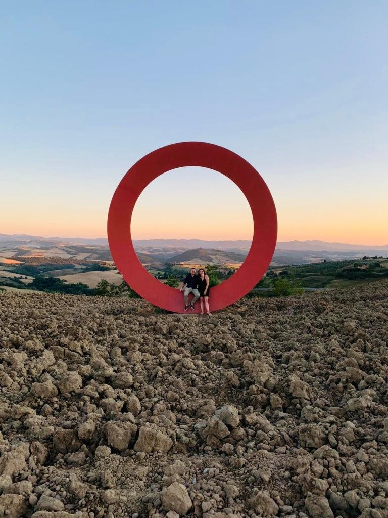 Appena prima di arrivare al paese di Volterra, si può trovare questo cerchio, perfetto per foto indimenticabili - Volterra, Toscana, Italia
