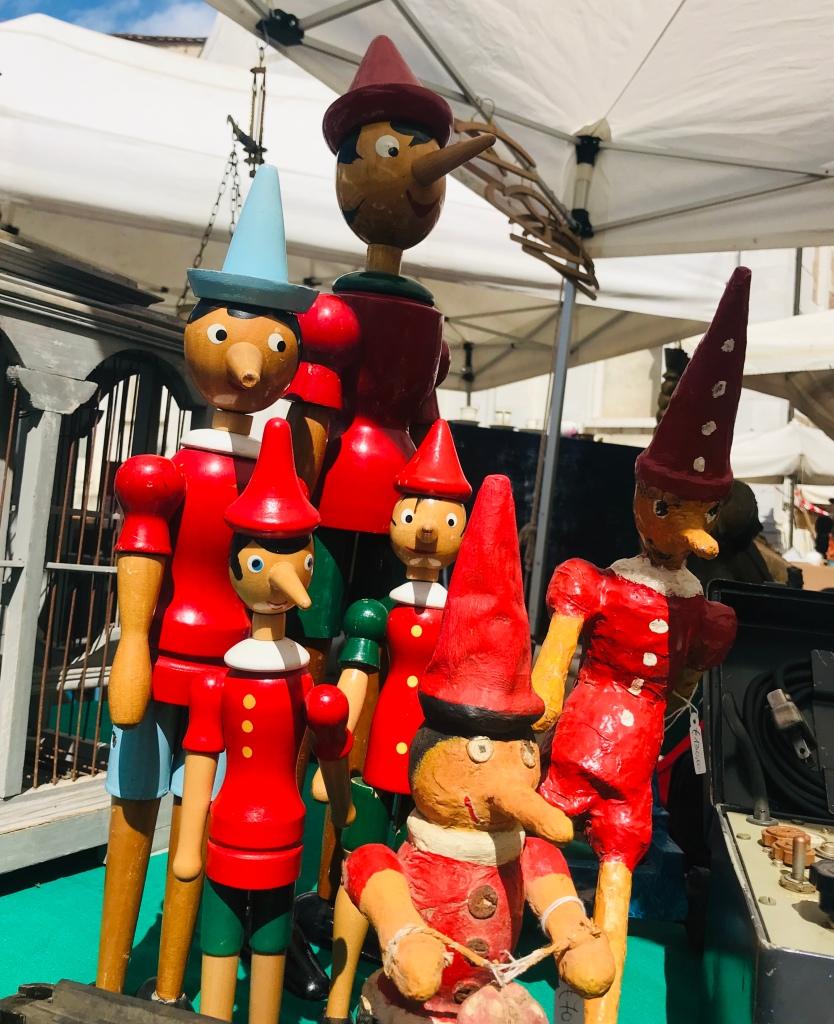 Pinocchi in vendita al mercato dell'antiquariato - Lucca, Toscana, Italia