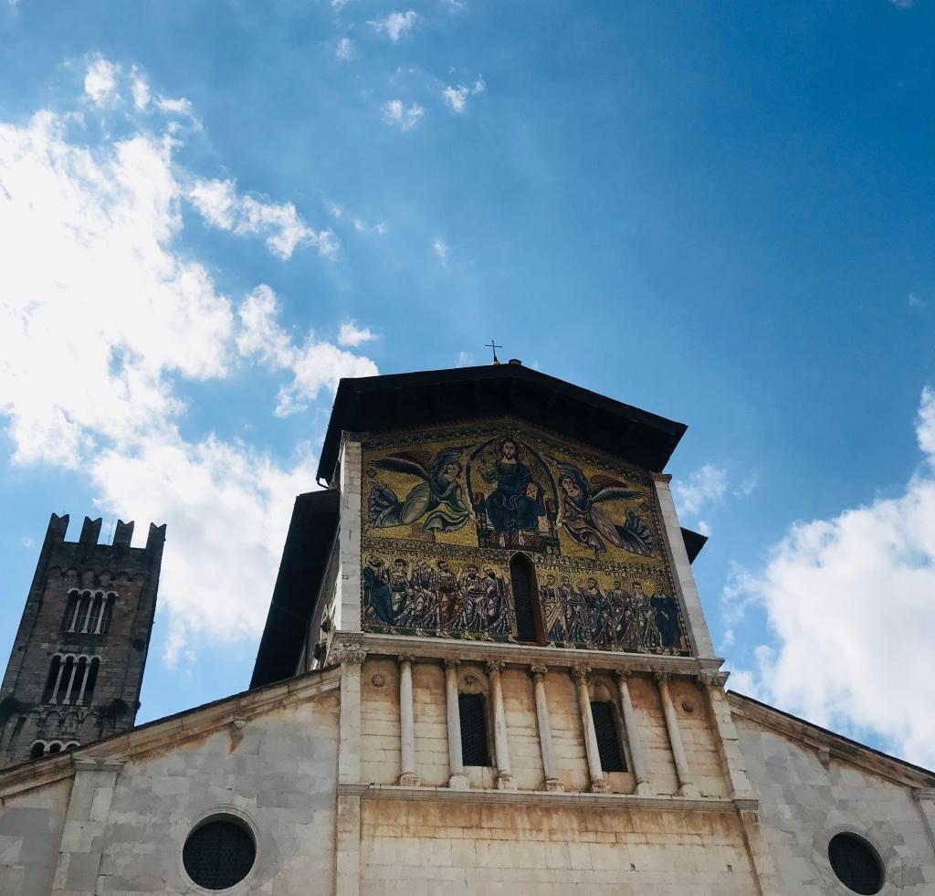 La Basilica di San Frediano con il famoso mosaico sulla facciata - Lucca, Toscana, Italia