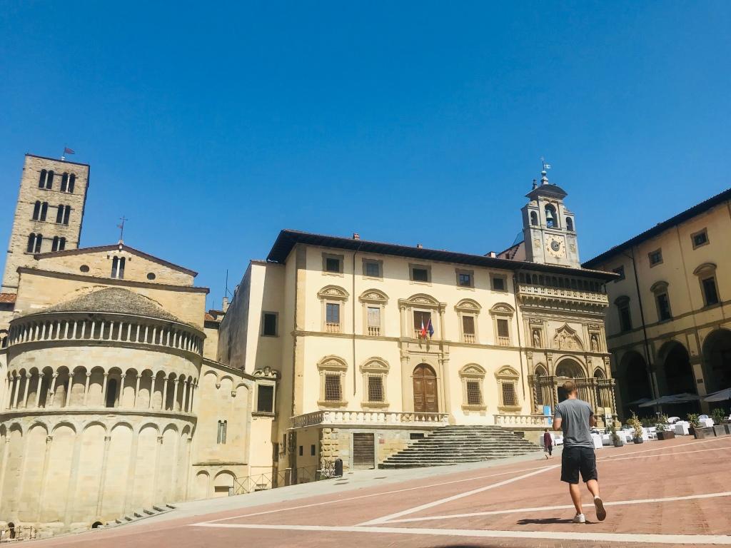 Johannes cammina per Piazza Grande - Arezzo, Toscana, Italia