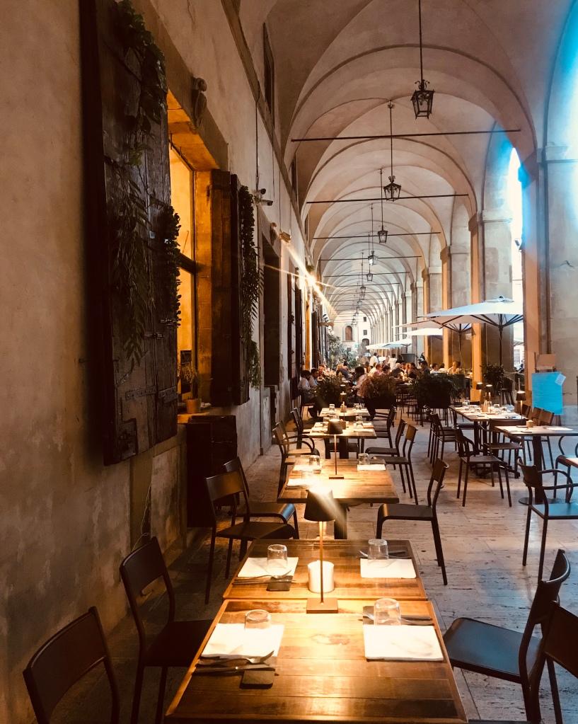 Un'atmosfera unica, quella che si respira lungo le Logge del Vasari - Arezzo, Toscana, Italia