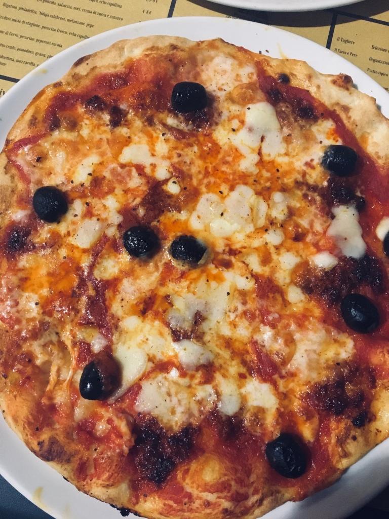 L'ottima pizza di Pizzeria l'Arancio - Pisa, Toscana, Italia