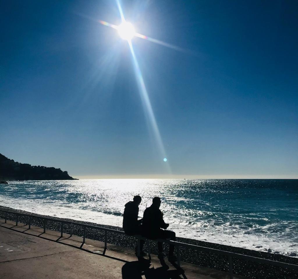 Chiacchierata tra amici vista mare - Nizza, Costa Azzurra, Francia