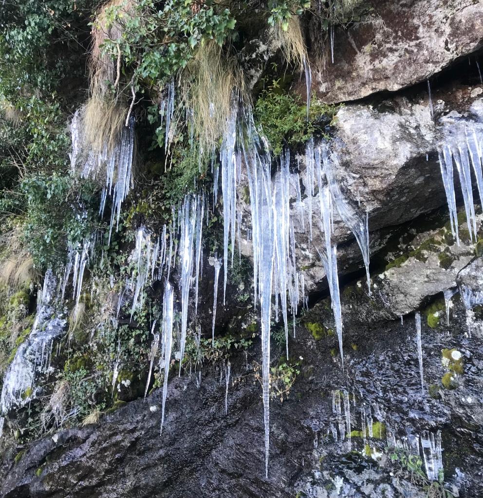 Stalattiti di ghiaccio lungo la strada provinciale 5 - Passo della Forcora, Lombardia, Italia