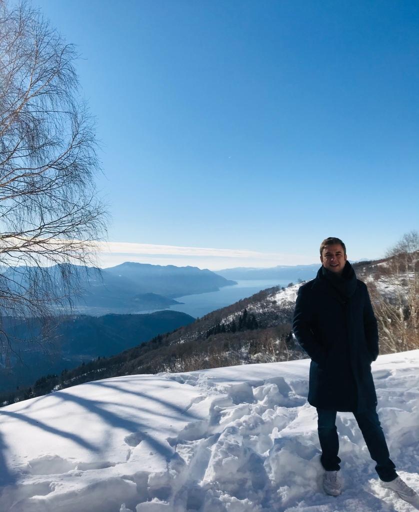 Lungo il sentiero per Monterecchio si aprono scorci sul Lago Maggiore - Val Veddasca, Lombardia, Italia