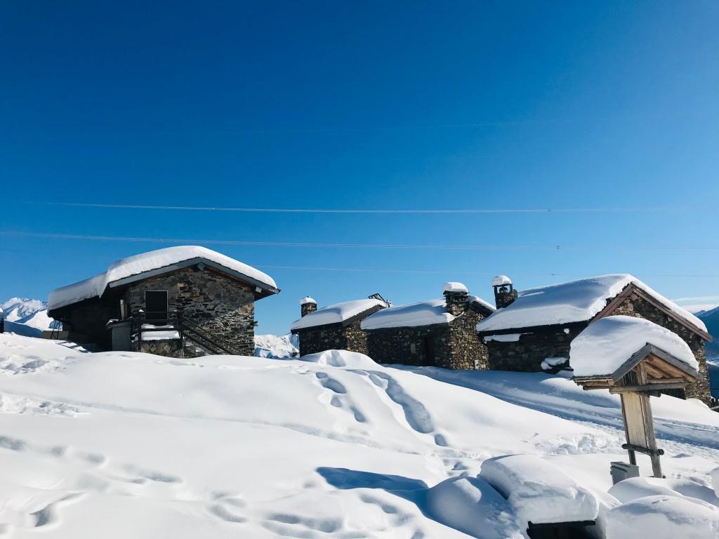 Il dolcissimo alpeggio di Monterecchio, con le sue casette in pietra - Val Veddasca, Lombardia, Italia