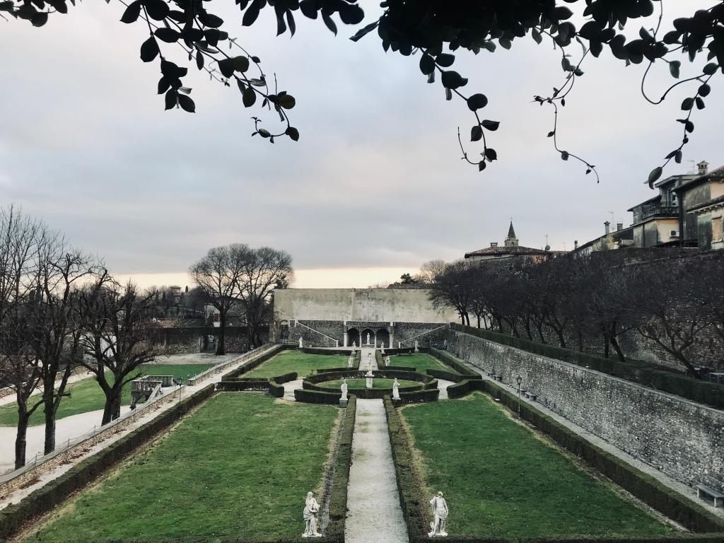 I giardini di Palazzo Gonzaga, visitabili anche dall'enoteca Gonzaga - Volta Mantovana, Lombardia, Italia