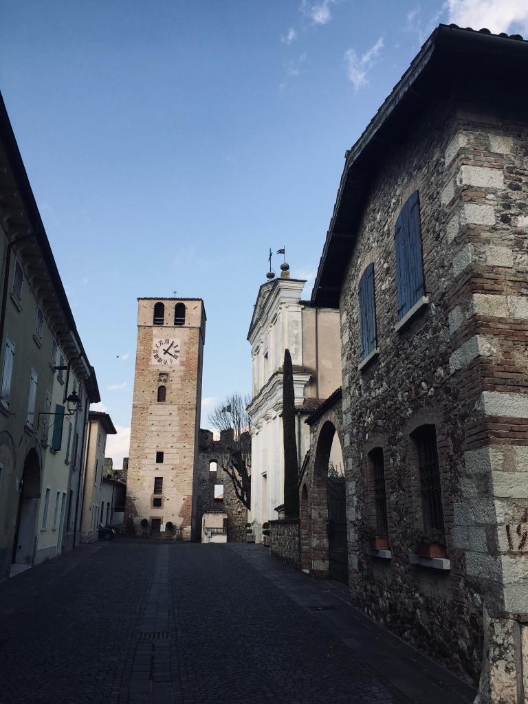 La via principale di Castellaro Agusello, con la Torre dell'Orologio - Castellaro Agusello, Lombardia, Italia