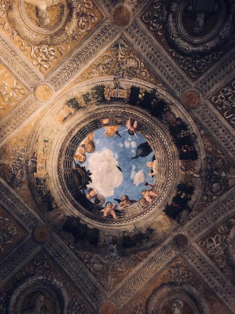 L'Oculo con putti, affresco di Andrea Mantegna dipinto sul soffitto della Camera degli Sposi a Palazzo Ducale - Mantova, Lombardia, Italia
