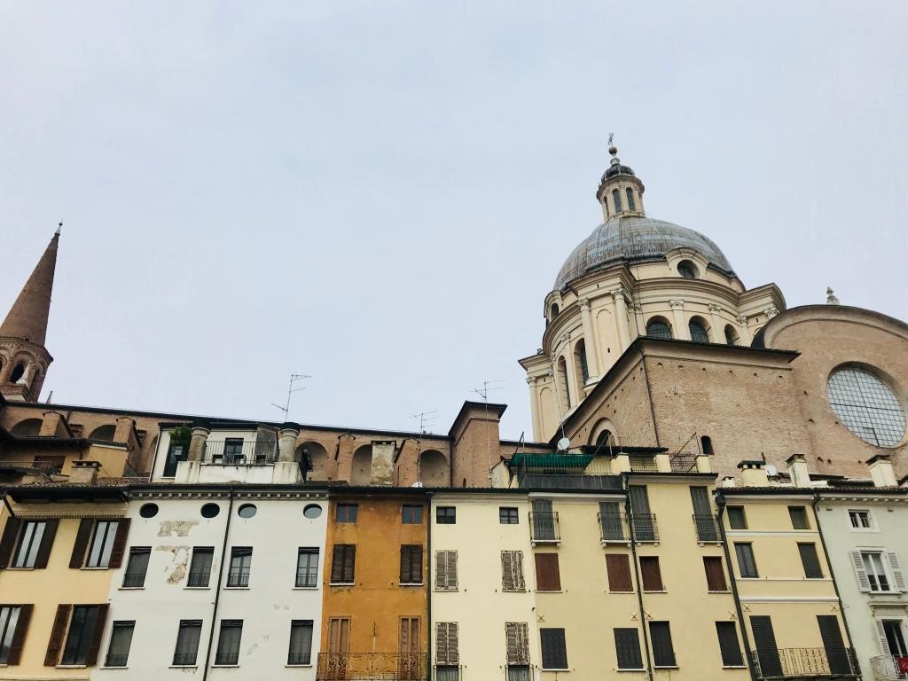Dettaglio di Piazza delle Erbe, dove si possono trovare tanti ristoranti - Mantova, Lombardia, Italia