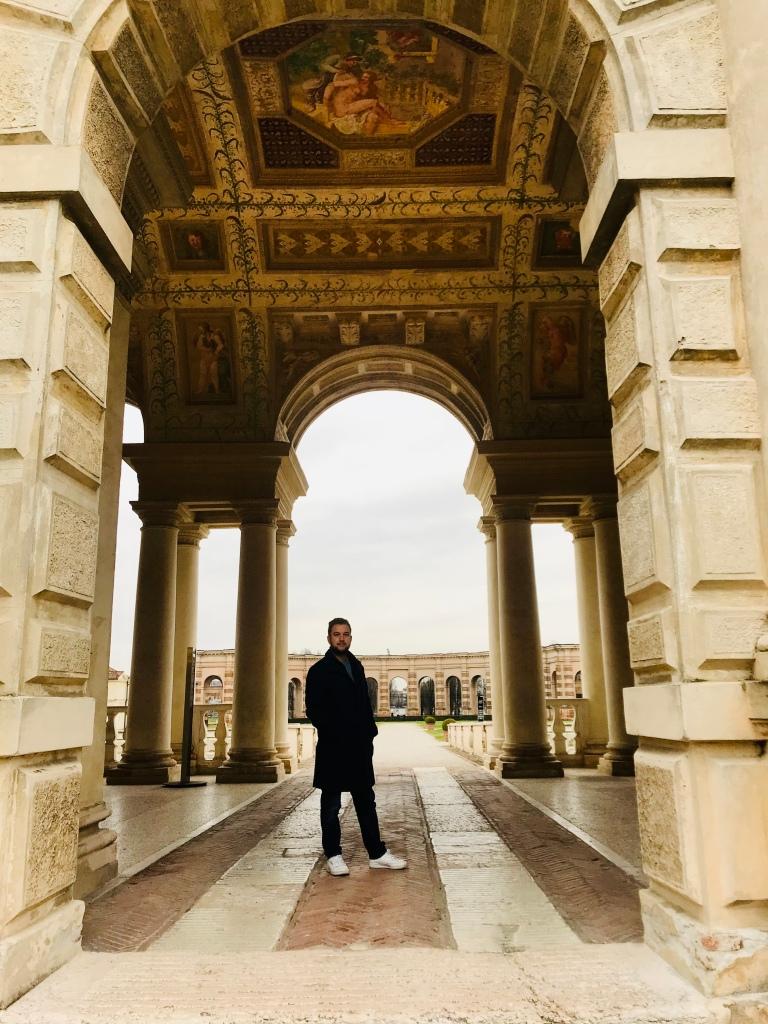 Foto di rito sotto la Loggia di Davide a Palazzo Te - Mantova, Lombardia, Italia