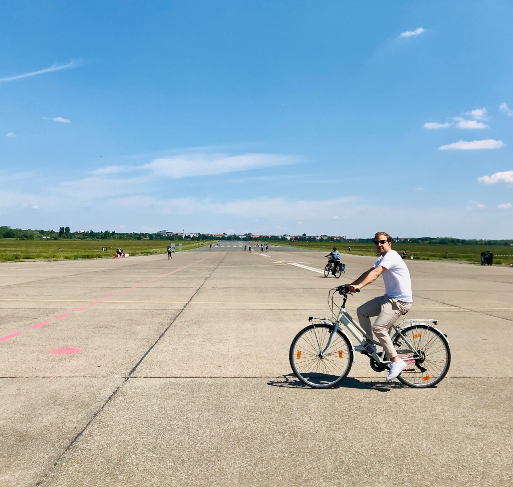 A Tempelhof è bellissimo girare in bici - Tempelhofer Feld, Berlino, Germania