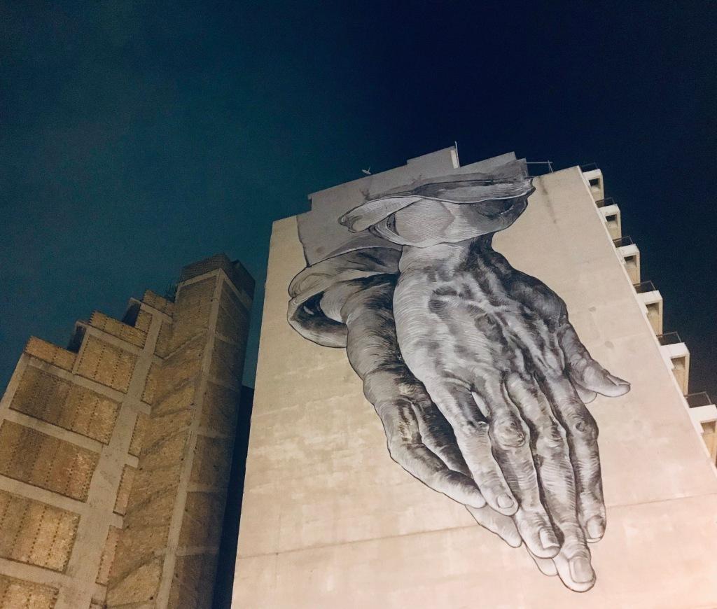 Praying Hands Mural di Μanolis Anastasakos and Pavlos Tsakonas - Atene, Grecia