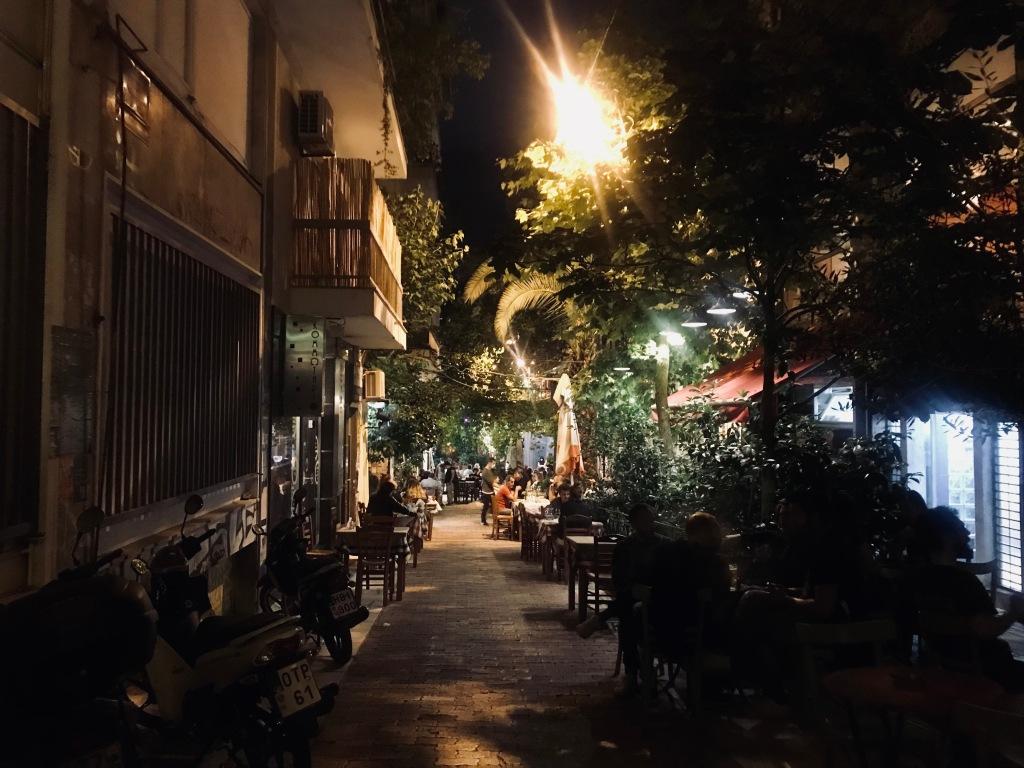Ateniesi ai tavolini degli innumerevoli bar di Exarchia - Atene, Grecia