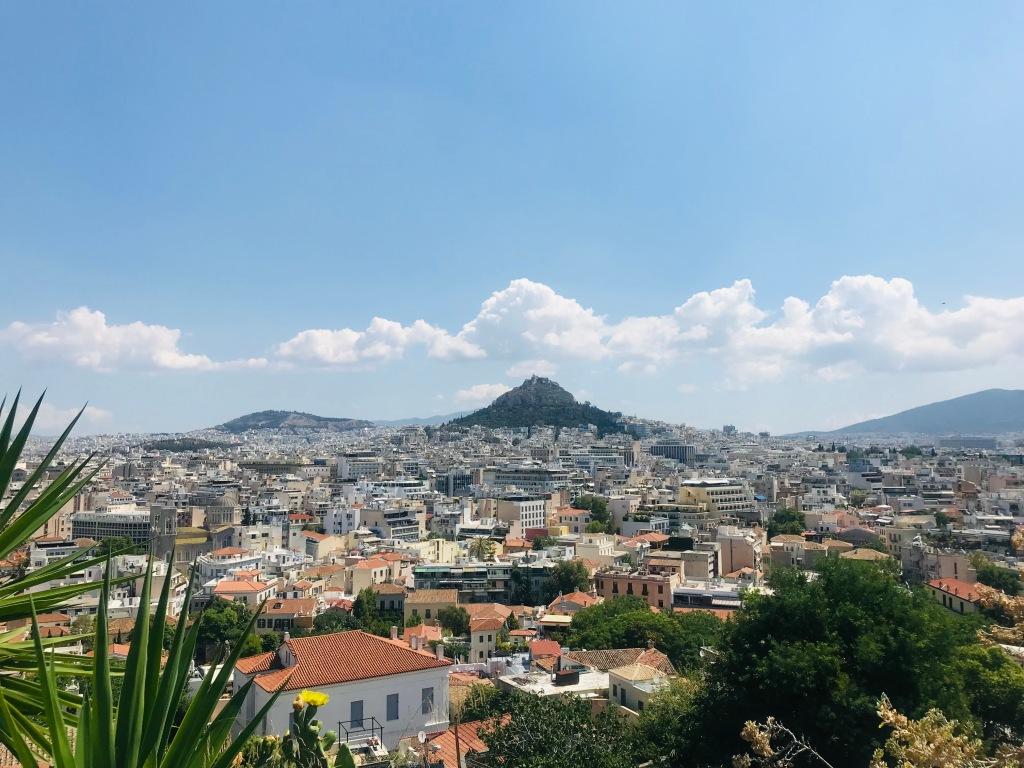 Splendida vista sulla città, e in particolare sulla collina del Licabetto, dal quartiere Anafiotika - Atene, Grecia