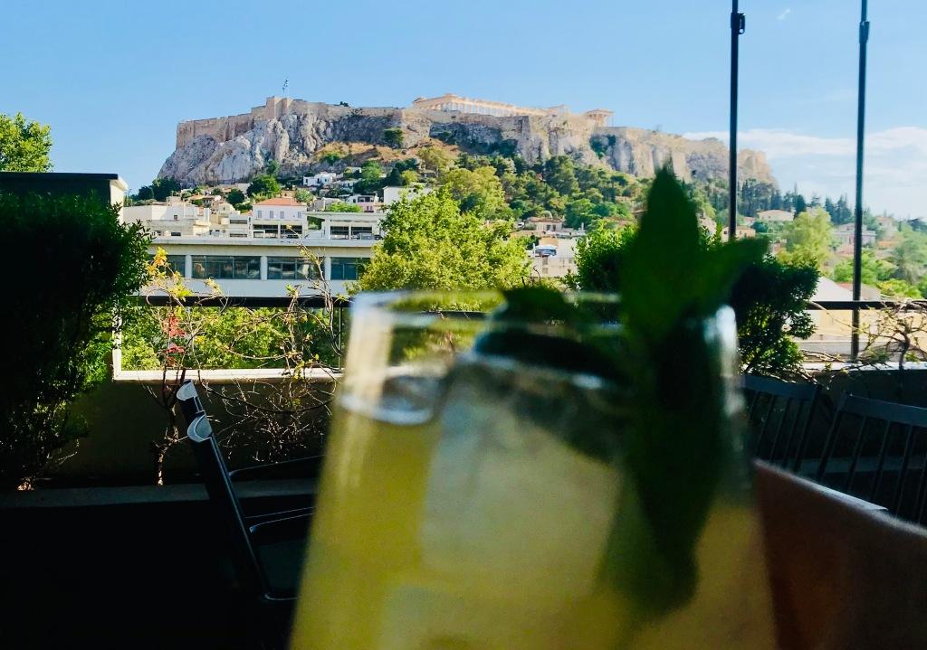 Un'ottima limonata vista Acropoli al rooftop bar del The Zillers Athens Boutique Hotel - Atene, Grecia
