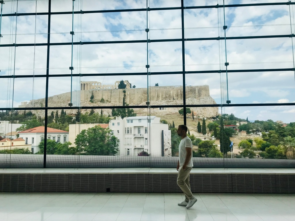 Al Museo dell'Acropoli si può ammirare l'Acropoli stessa grazie alle ampie vetrate - Atene, Grecia