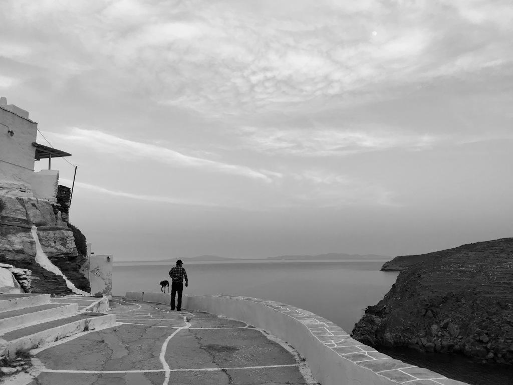 Un abitante di Kastro passeggia con il suo cane - Sifnos, Isole Cicladi, Grecia