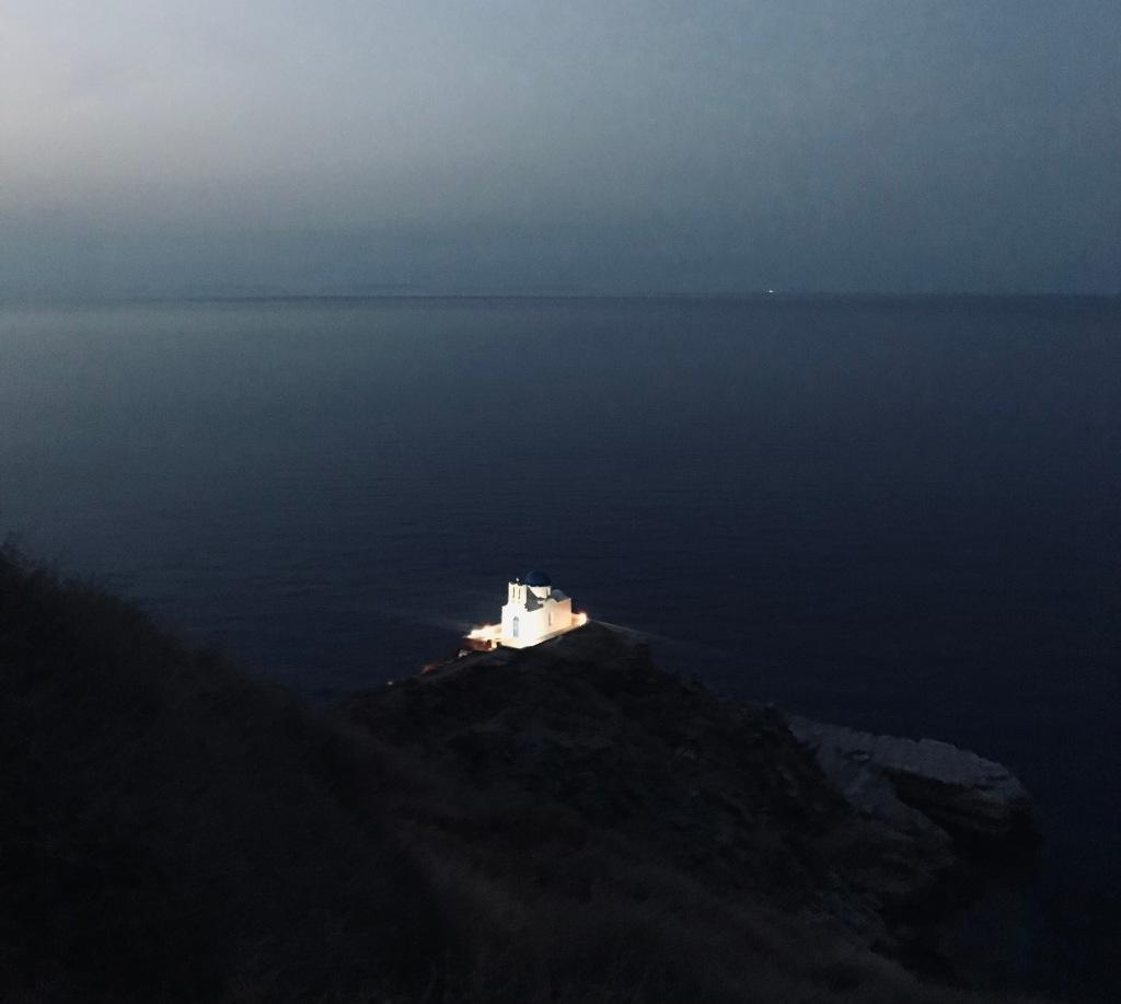 La Chiesa dei Sette Martiri illuminata, ancora più bella - Sifnos, Isole Cicladi, Grecia