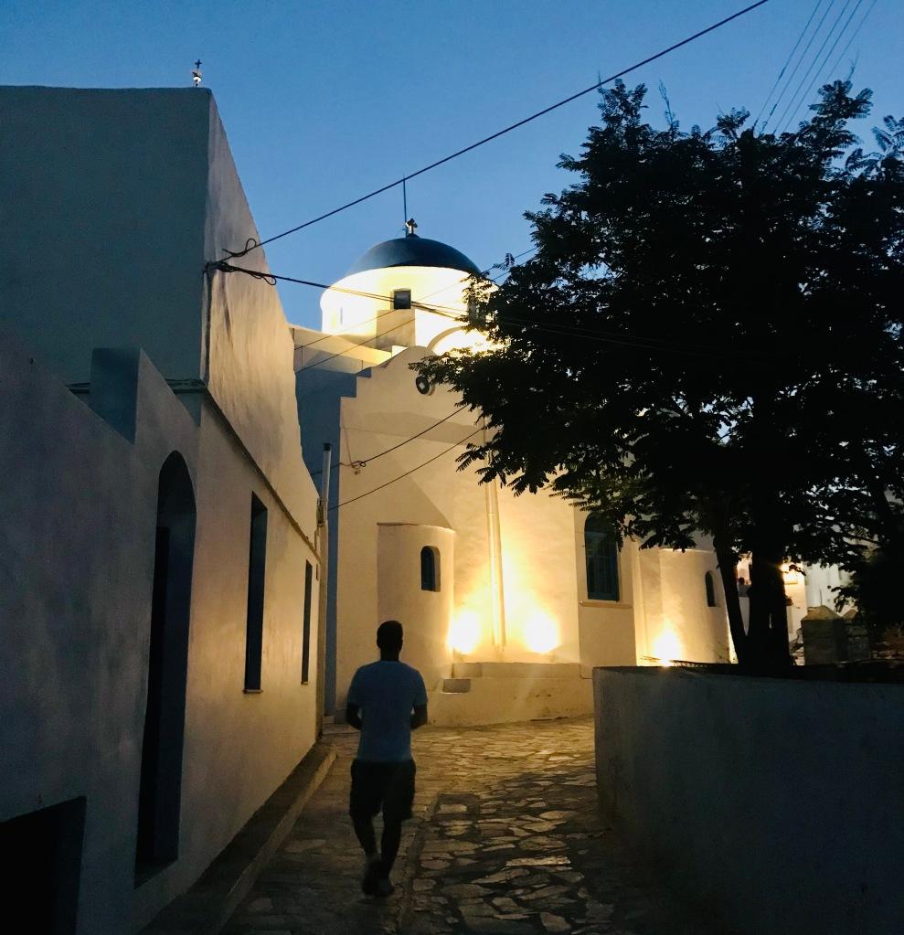 Passeggiata post tramonto per le vie di Artemonas - Sifnos, Isole Cicladi, Grecia