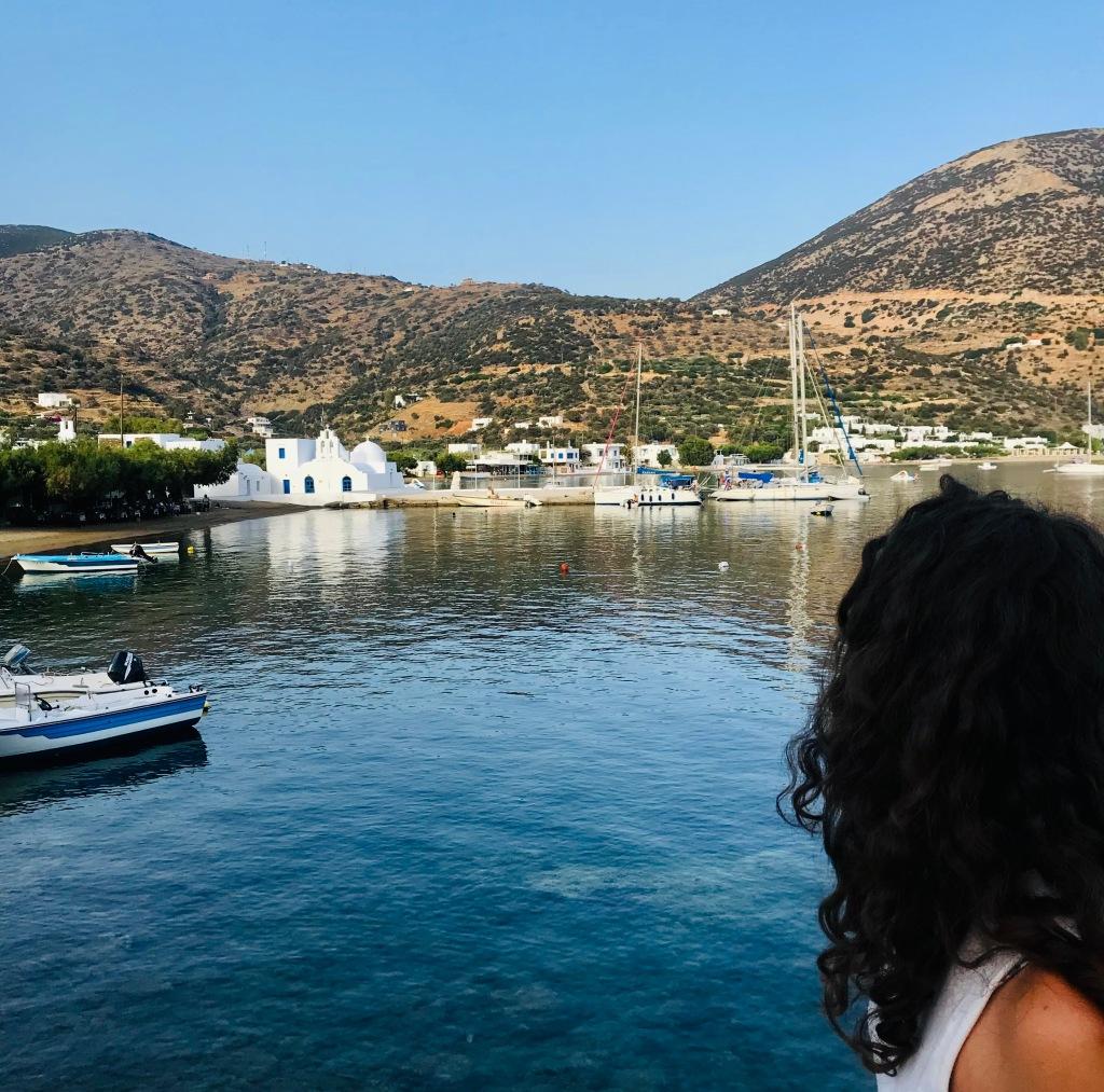 Ammirando la spiaggia di Vathi nel tardo pomeriggio - Sifnos, Isole Cicladi, Grecia