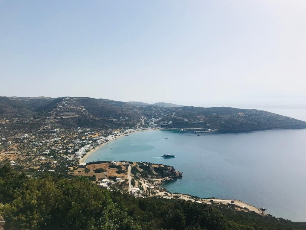 La spiaggia di Platis Gialos vista dall'alto - Sifnos, Isole Cicladi, Grecia