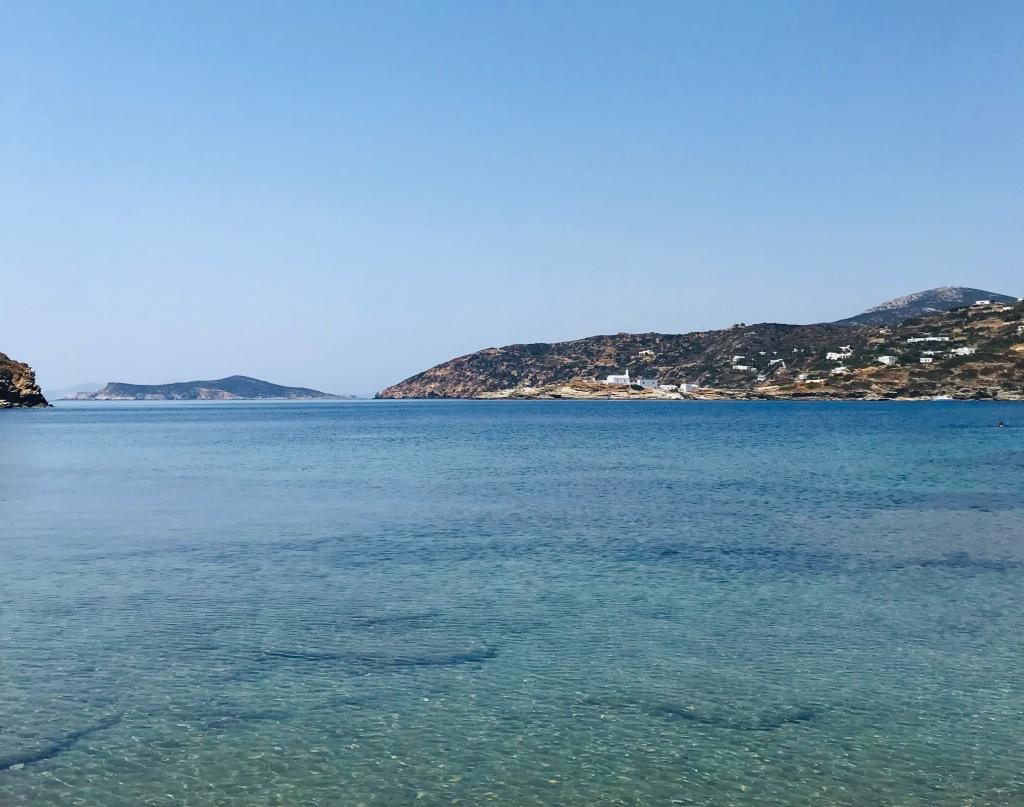 La spiaggia di Fassolou e, sullo sfondo, il Monastero di Chrisopigi - Sifnos, Isole Cicladi, Grecia