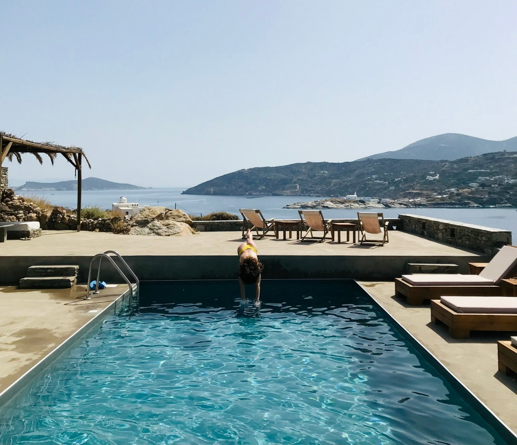 Tuffo nella piscina degli esclusivi Kavos Studios - Sifnos, Isole Cicladi, Grecia
