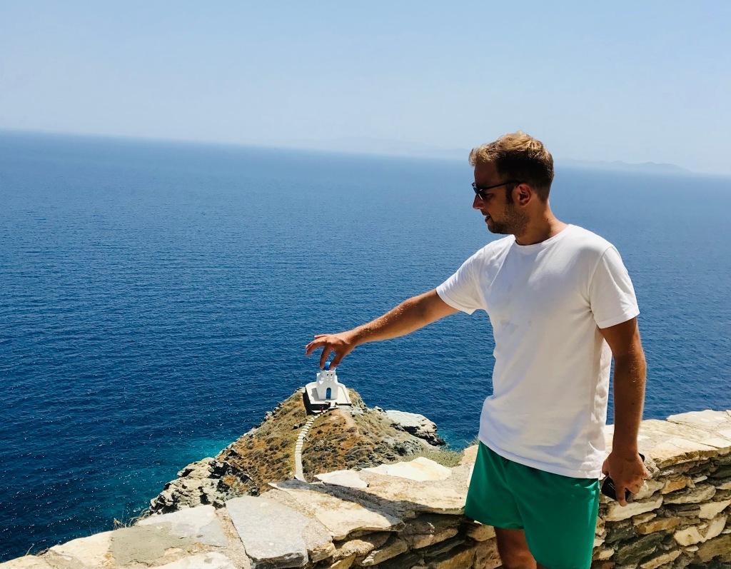 Johannes si diverte a riposizionare la Chiesa dei Sette Martiri - Sifnos, Isole Cicladi, Grecia