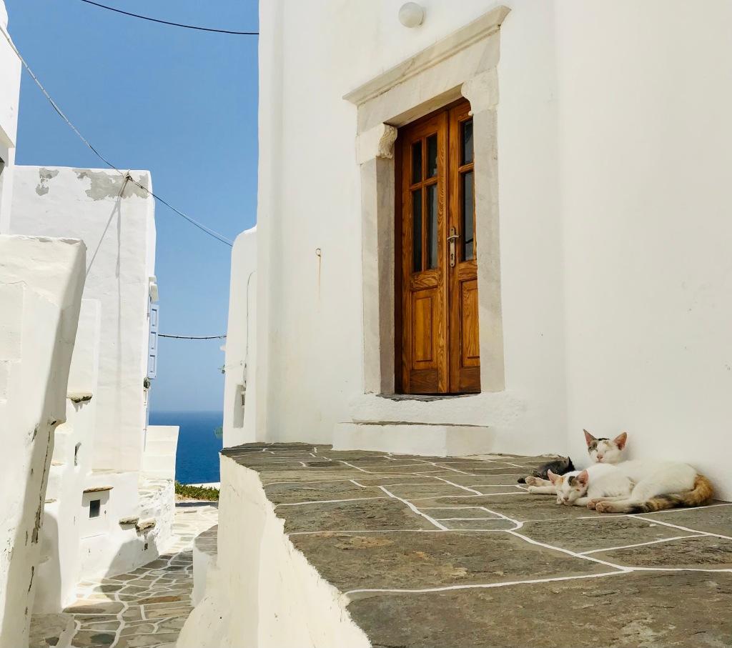 Scorci sul Mar Egeo dai vicoli bianchissimi - Sifnos, Isole Cicladi, Grecia