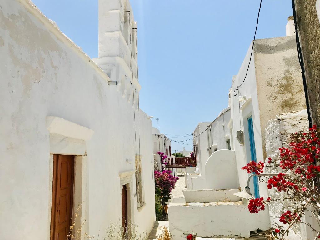 Vicoli bianchissimi ricchi di piante colorate: la semplice bellezza di Kastro - Sifnos, Isole Cicladi, Grecia