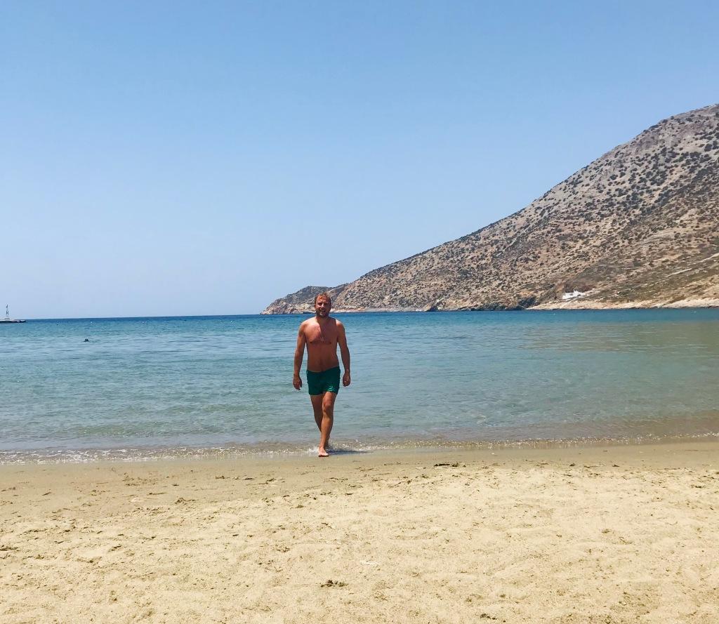 La spiaggia sabbiosa di Kamares - Sifnos, Isole Cicladi, Grecia