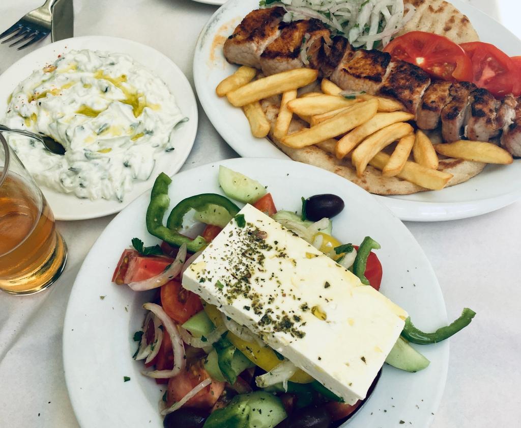 Souvlaki con patatine fritte, pita, tzatziki e insalata greca: la mia idea di pranzo ellenico - Atene, Grecia