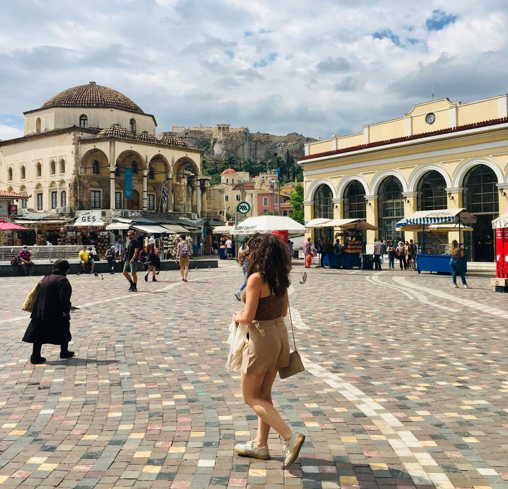 L'Acropoli si scorge in vari punti della città, come in Piazza Monastiraki - Atene, Grecia