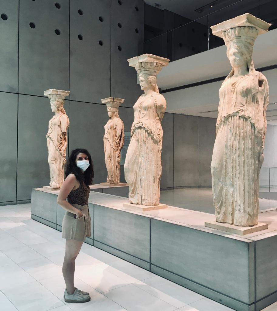 Ammaliata di fronte alle splendide Cariatidi - Museo dell'Acropoli, Atene, Grecia